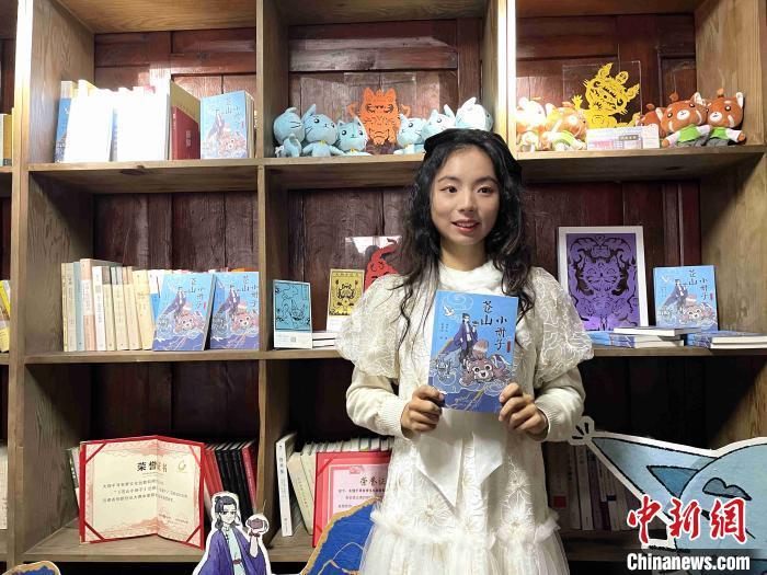 图为白族少女杨冬儿与她的《苍山小册子》。 缪超 摄