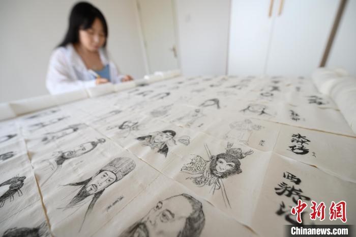 """""""95后""""女孩史钊碧在卫生纸上画画。 韦亮 摄"""