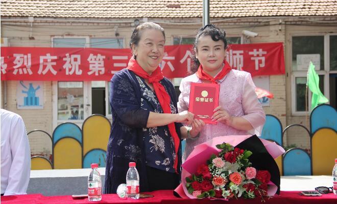 香港慈善人士范梅艳密斯教师节慰问行知学校教师