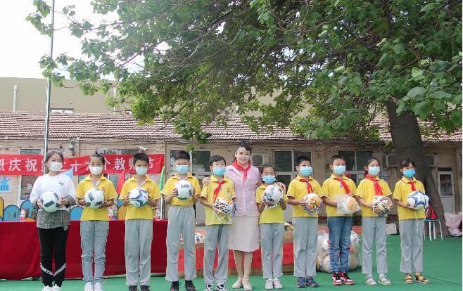 香港慈善人士范梅艳女士教师节慰问行知学校教师