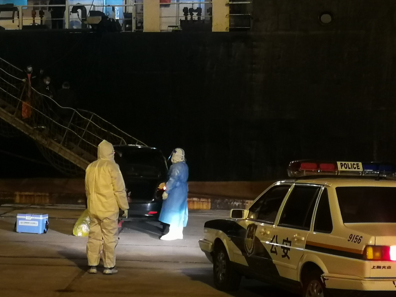 """紧急开辟""""生命通道"""",东疆边检星夜救助外轮船员"""